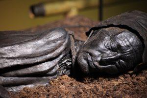1958 entdeckten Torfarbeiter in einem Moor in der Nähe der englischen Kleinstadt Worsley einen menschlichen Schädel und riefen die Polizei.